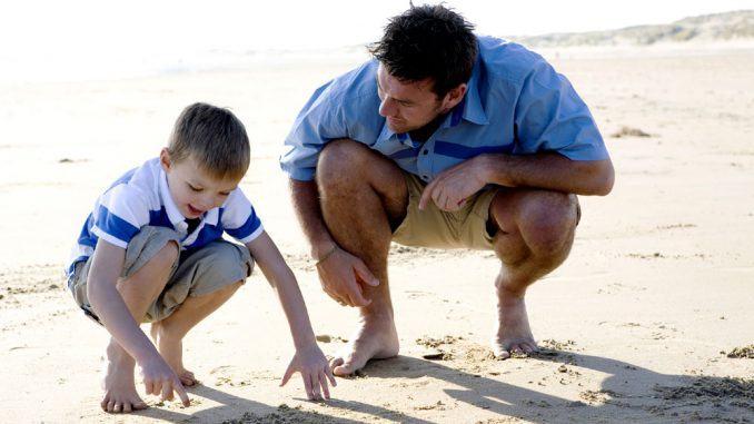 lege på stranden